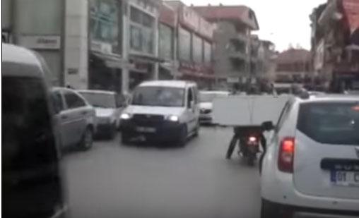 Motosikletle buzdolabı taşıdı