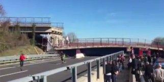 O ülkede köprü çöktü: 2 ölü