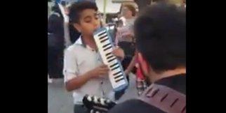 Küçük çocuktan enstrümanı ile sokak sanatçılarına sürpriz