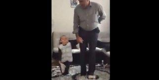 Halay çeken küçük çocuk