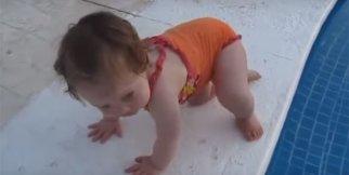 Havuza girmeye çalışan küçük bebek
