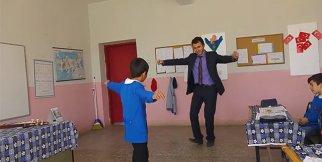 Öğretmen ile öğrencisi süper oynuyor