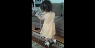 Küçük kızın topuklu ayakkabı merakı