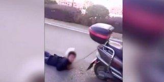 Oğlunu motosiklete bağlayıp yerlerde sürükledi