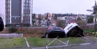 Toprak kaydı! Araçlar havada asılı kaldı